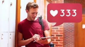 Der Kerl, der eine Tablette verwenden und das Social Media sprudelt