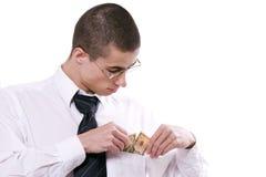 Der Kerl erhält Geld von einer Tasche stockfoto