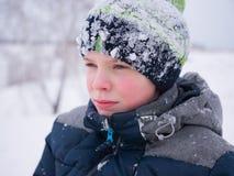 Der Kerl geht in den Winter Park Spielendes und lächelndes Kind auf weißem flaumigem Schnee Aktiver Rest und Spiele stockbild