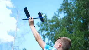 Der Kerl hält in der Armflugzeugebene, simuliert Flug stock video
