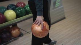 Der Kerl, der im Bowlingspiel spielt stock video footage