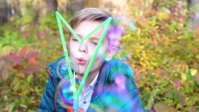 Der Kerl im Park macht Blasen Freizeit und Unterhaltung in der Frischluft stock footage