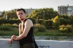 Der Kerl ist auf der Flussbank Stockbild
