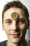 Der Kerl meditiert mit Bitcoin Stockbilder