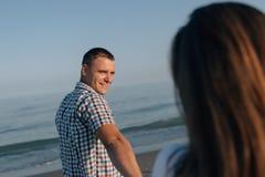 Der Kerl mit einem Lächeln betrachtet das Mädchen Stockfotografie