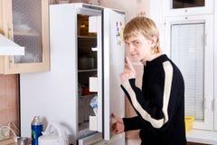 Der Kerl nahe zu einem Kühlraum Lizenzfreie Stockfotografie