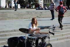 Der Kerl spielt die Trommeln im Stadtzentrum stockfoto
