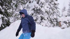 Der Kerl springt in den Schnee in der Zeitlupe Aktiver Sport im Freien Sonniger Tag des Winters stock video footage