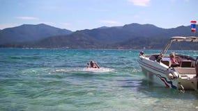 Der Kerl springt vom Boot zum Meer stock video