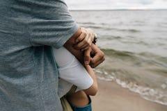 Der Kerl umarmt das Mädchen lizenzfreie stockfotos