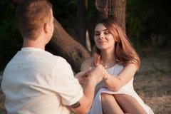 Der Kerl und das Mädchen betrachten einander stockfoto