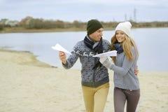 Der Kerl und das Mädchen gehen auf den Fluss stockbild