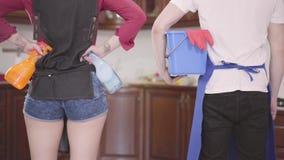 Der Kerl und das Mädchen sind bereit, das Haus zu säubern Paarreinigungshaus zusammen Glückliches Routineleben haushaltung stock video footage