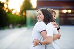 Der Kerl und das Mädchen stehen umfassend Stockfotografie