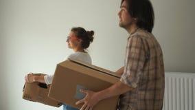 Der Kerl und das Mädchen zum ersten Mal gekommen zu ihrer Wohnung nach der Reparatur Verlegung, Grundstückserwerb stock footage