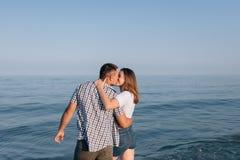 Der Kerl und der Mädchenkuß Lizenzfreie Stockfotos