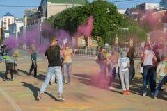 Der Kerl warf Farbe in eine Menge von heiligem in Tscheboksary, Chuvash-Republik, Russland am Festival von Farben 06/01/2016 Lizenzfreie Stockfotos