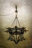 der 8-Kerzen-mittelalterliche Leuchter hing durch Ketten über einem Flaschenzug Stockbild