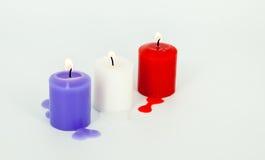 Der Kerzenlichtharmonie-Weißhintergrund Stockfoto