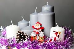 Der Kerzenständer und der Weihnachtsmann Lizenzfreies Stockfoto