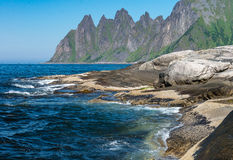 Der Kiefer des Felsen-Teufels in der norwegischen Insel Senja Stockfotos