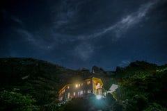 Der Kinabalu mit heller Spur, nächtlichem Himmel und Sternen Lizenzfreie Stockbilder