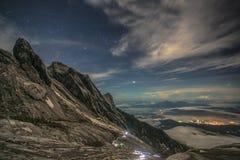 Der Kinabalu mit nächtlichem Himmel und Sternen Lizenzfreie Stockfotos