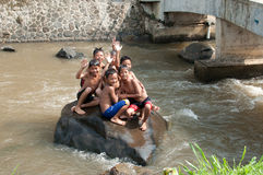 Der Kinder spielen in dem Fluss Stockbild