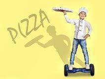 Der Kinderkoch liefert Pizza Schnelle Anlieferung lizenzfreie stockbilder