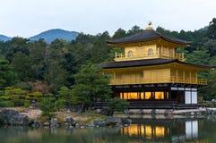 Der Kinkakuji-Tempel der goldene Pavillon im Herbst Lizenzfreie Stockfotografie
