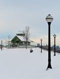Der Kiosk unter dem Schnee lizenzfreies stockbild