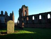 Der Kirchhof und die Ruinen von Arbroath-Abtei Stockbild