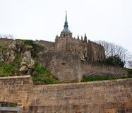 Der Kirchturm auf die Oberseite von St Michael Berg mit goldener Statue des Saint Michel Normandie, Frankreich Stockfotos