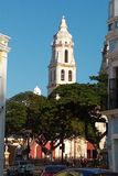 Der Kirchturm einer katholischen Kirche, die über den Park in Campeche, Mexiko hochragt lizenzfreie stockbilder
