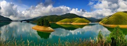 Der klare See mit blauem Himmel lizenzfreie stockbilder
