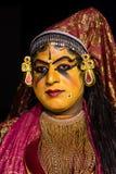 Der klassischen Gesichtsausdruck Tanzfrauen Kathakali Kerala im traditionellen Kostüm lizenzfreie stockbilder