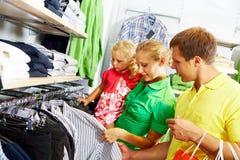 In der Kleidungsabteilung Stockbilder