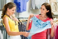 In der Kleidungsabteilung Stockbild