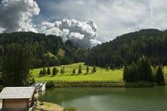 Der kleine alpine See Stockbilder