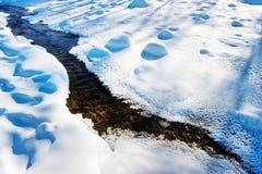 Der kleine Fluss im Schnee Stockfotografie