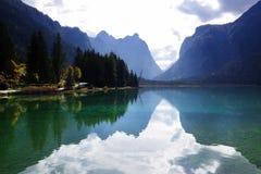 Der kleine Gebirgssee Dobbiaco in Italien lizenzfreies stockfoto