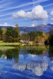 Der kleine Gebirgssee Dobbiaco in Italien lizenzfreie stockfotografie