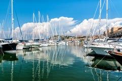 Der kleine Hafen von Punta-Ala stockbild