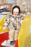 Der kleine Junge auf einem Spielplatz der Kinder Lizenzfreie Stockbilder