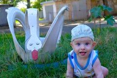 Der kleine Junge, der Zunge zeigt Lizenzfreies Stockfoto