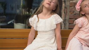 Der kleine Junge in einem Retro- zur Kleidung tanzt vor kleinen Mädchen stock footage