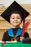 Der kleine Junge in einer Klage des Absolvent Stockbilder
