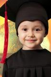 Der kleine Junge in einer Klage des Absolvent Lizenzfreie Stockbilder