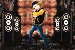 Der kleine Junge im Stil des Hip-Hop Kind-` s Mode Kappe und Jacke Der junge Rapper Graffiti auf den Wänden Kühlen Sie Pochen DJ  Lizenzfreies Stockfoto