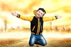 Der kleine Junge im Stil des Hip-Hop Kind-` s Mode Kappe und Jacke Der junge Rapper Kühlen Sie Pochen DJ ab Lizenzfreies Stockbild